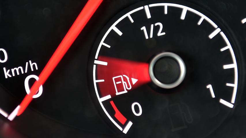 Sprit im Auto spart man vor allem durch die richtige Fahrweise. So ist es zum Beispiel wichtig, schnell zu schalten, niedrigtourig zu fahren, mit dem Leergang im Verkehr mitzuschwimmen oder bei kurzen Strecken auch mal auf das Auto zu verzichten, wie der Verkehrsclub Deutschland (VCD) empfiehlt.