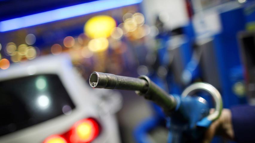 In der Regel spielt es keine Rolle, ob man in der Stadt oder auf dem Land zur Tankstelle fährt, heißt es auf finanztip.de. Die Entfernung macht's hier aus. Tankstellen, die einigermaßen nahe beieinander liegen, weisen keine nennenswert großen Preisunterschiede aus. Somit würde ein größerer Umweg zum Tanken den Spareffekt zunichte machen.  Die Wahl der richtigen Tankstelle könnte jedoch einige Cent pro Liter einsparen: Freie Tankstellen sind generell günstiger als Marken. Das Internetportal Mehr-tanken.de nennt außerdem Aral, Shell und Esso als die teuersten Tankstellen. Jet, Bft und OMV gehören zu den günstigsten (Stand: April 2018). Am teuersten kommt ein Tankstopp auf der Autobahn.