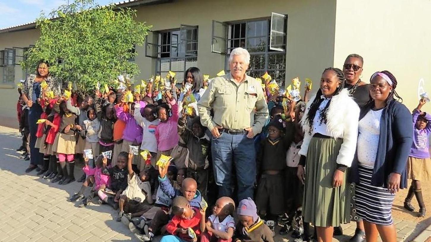 Er brachte Spenden und empfing große Dankbarkeit: Peter Spätling bei einer seiner Spendenübergaben in Namibia.