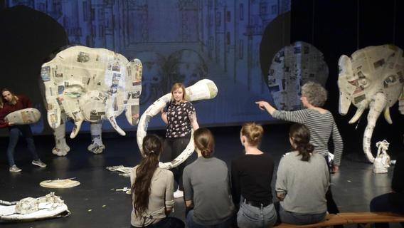 Studentinnen der FAU bringen Elefanten auf die Bühne