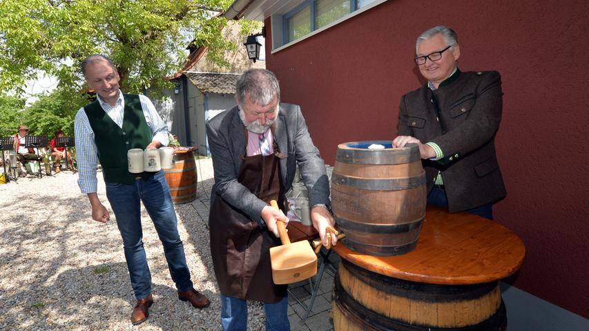 Hubert Nägel (l.) konnte zahlreiche Gäste bei der Wiedereröffnung seines Biergartens