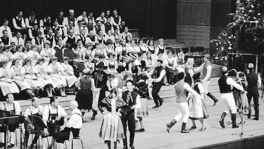 """Lieder und Tänze der Heimat füllten das Programm des Volkstumsabends am Samstag im großen Saal der Meistersingerhalle. Die Darbietungen auf der großen Bühne standen unter dem Motto: """"Unsere Stimme – unser Lied"""". Auch fränkische Gruppen wirkten mit.  Hier geht es zum Artikel vom 27. Mai 1969: Sudetendeutscher Tag in Nürnberg"""