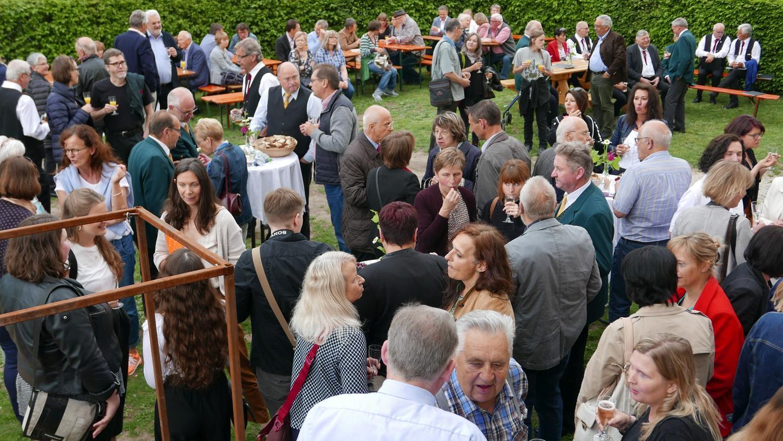 Vor dem Wasserschloss wurde im großen Gästekreis bei der Vernissage Dachsbach als besondere Kunstplattform gefeiert.
