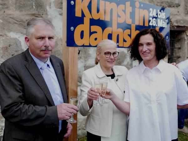 """Bürgermeister Hans-Jürgen Regus konnte mit Elke Rogler-Klukas und Ilona Nürnberg (r.) auf den neuerlichen Erfolg von """"Kunst in Dachsbach"""" anstoßen."""