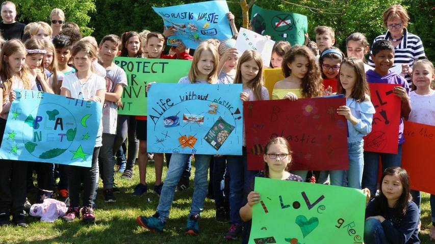Die Kinder zeigten auch mit Plakaten Flagge.