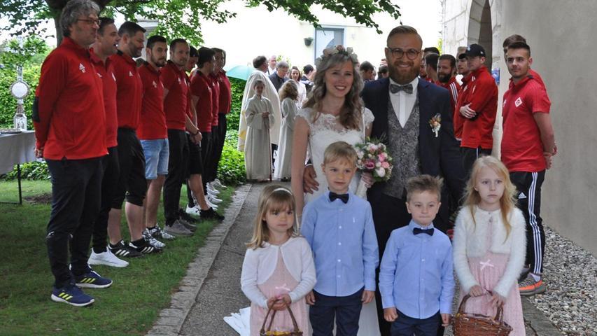 Die Hochzeitsglocken der St.Jakobus-Kirche in Heng haben für Lisa und Thomas Haubner geläutet: In einem feierlichen Gottesdienst, der von der Schwester des Bräutigams mit den