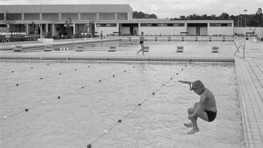 Vom Beckenrand ins kühle Nass. Obwohl das neue Stadionbad mit attraktiven Anlagen lockte, blieben die Becken wegen des bescheidenen Wetters noch leer.  Hier geht es zum Artikel vom 29. Mai 1969: