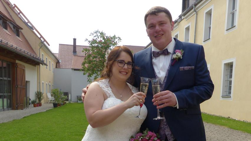 Ihr Weg ins Eheleben führte zwei gebürtige Möninger, Sonja Bittner und Bernd Schmidt, zunächst ins Freystädter Standesamt, wo sie von Bürgermeister Alexander Dorr getraut worden sind. Nach einem Sektempfang und vielen Glückwünschen, vorab von der engeren Familie im Innenhof des Freystädter Spitals, fand dann die kirchliche Hochzeit in der Möninger Pfarrkirche