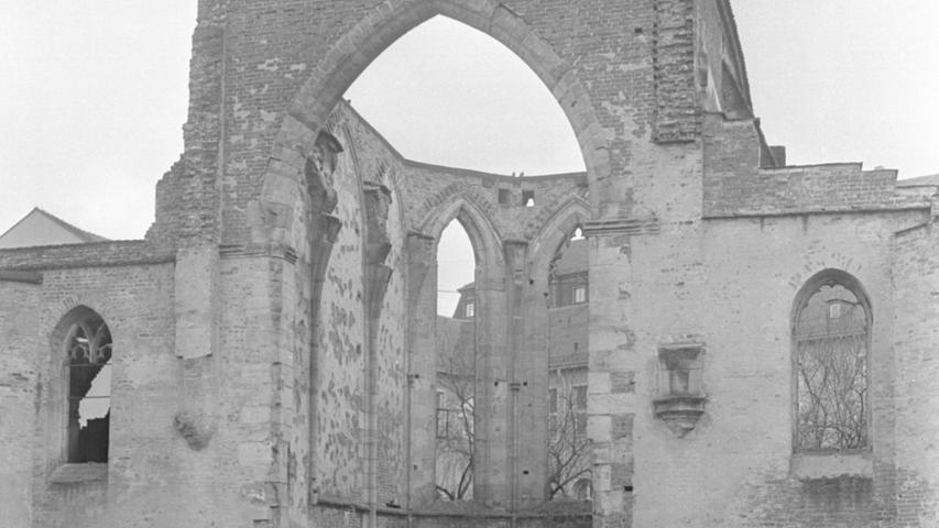 """Rund 800 Einheimische und Gäste waren 1969 dabei, als zum ersten Male nach der Zerstörung in der Katharinenkirche wieder Musik erklang, besser in den Mauern, die stehengeblieben sind. Roderik Brydon aus London, ein Name von europäischem Klang, war bei der Premiere am 15. Juli Haydns Oratorium """"Die Jahreszeiten"""" als Dirigent zu Gast. Die NN berichtete am 1. Juni vorab über diese Premiere im Rahmen des Programms, welches das Schul- und Kulturreferat hat für den"""