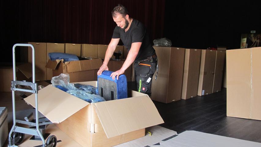 Vier Monteure sind fünf Tage damit beschäftigt, 350 neue, dunkelblaue Sessel im Union-Saal im Boden zu verankern. Auch der Untergrund ist neu: Die Holzoptik soll für eine Wohnzimmer-Atmosphäre sorgen. Im Mai 2019 startete das Kino mit der Sanierung des Saales. Es ist der größte von ingesamt drei Sälen. 100.000 Euro nimmt das Familienunternehmen dafür in die Hand.