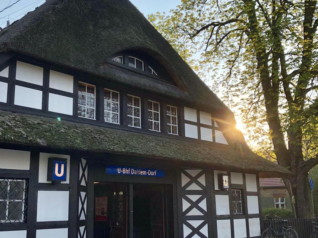 Mit Reet gedeckt hat die Station die Anmutung eines friesischen Hauses.