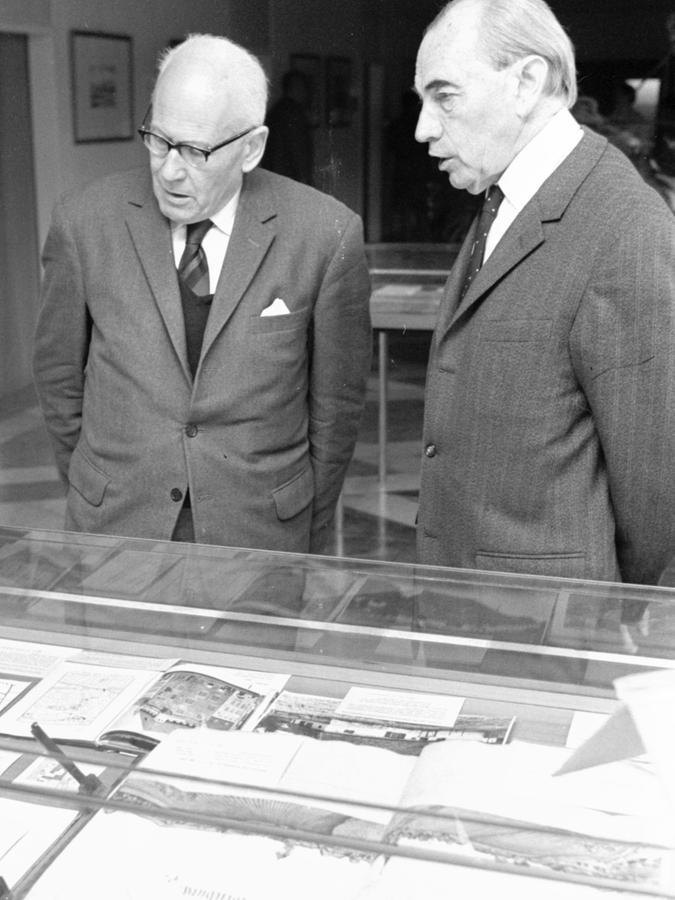 Archivdirektor Dr. Fritz Schultheiß (r.) und Dr. Wilhelm Schwemmer, der die Ausstellung gestaltet hat, vor einer der Vitrinen im II. Stock des Stadtarchivs.