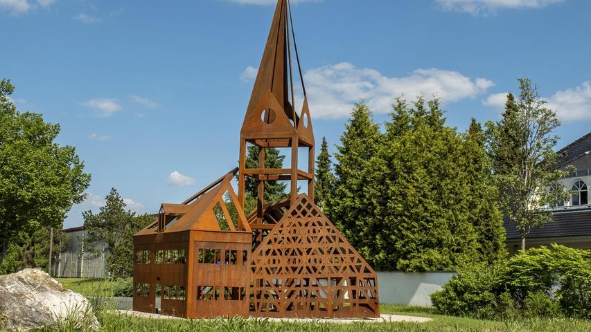 Die drei Wahrzeichen des Dorfes Hofstetten sind die Engerlingscheune, die Kirche und die Reichelmühle. Seit Sommer 2019 sind die drei Bauwerke, die das Dorfbild prägen, in einem rostigen Kunstwerk aus Corten-Stahl vereint und schmücken einen Kreisverkehr vor dem Hilpoltsteiner Ortsteil im Landkreis Roth.