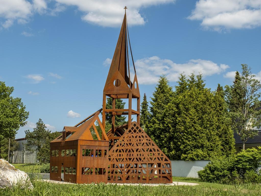 Engerlingscheune, Kirche und Reichelmühle sind seit Kurzem in einem Kunstwerk vereint und schmücken jetzt den Kreisverkehr vor dem Hilpoltsteiner Ortsteil.