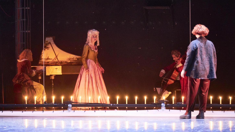 """Performance-Künstlerin Sandra Leupold trifft beim """"Projekt 1719"""" auf der Bühne des Markgrafentheaters auf Sopranistin Olivia Stahn und ihre Mitmusiker."""