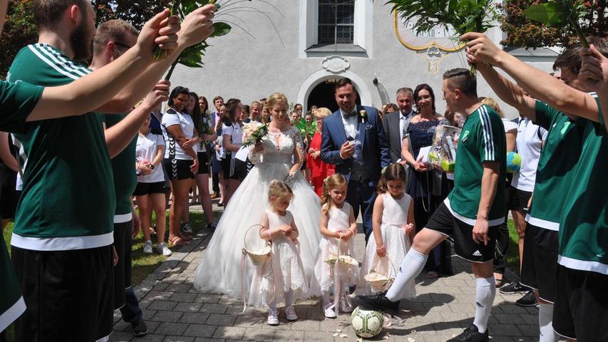 Schon seit dem Kindergarten kennen sich Katja Hinterskausen und Fabian Scheurer, gefunkt hat es an Fasching 2013. Einen wundervollen Antrag machte Fabian seiner Braut 2017 beim Baumaustanzen an der Kirchweih in Pavelsbach. Damit endete nach zwölf Jahren das Kirwaboudasein. Am 29. Mai fand im Deutschordensschloss fand die standesamtlich statt, anschließend wurde im Neuwirt beim Mane gefeiert. Am Samstag gaben sich die 31-jährige Produktionsplanerin bei der Bionorica SE und der 30- jährige Angestellte der Bauordnungsbehörde der Stadt Nürnberg in der St. Leonard Kirche in Pavelsbach im Beisein einer großen Gratulantenschar das Jawort. In einem feierlichen Gottesdienst, gehalten von Pfarrer Casimir Dosseh, erhielten sie den kirchlichen Segen. Musikalisch gestaltet wurde der Gottesdienst von Rebekka Fries und Conny Kasperzcyk, zwei Freundinnen des Brautpaares. Nach der Zeremonie wartete ein langes Spalier der Handballerinnen der SG Rohr/Pavelsbach, der TSV Fussballer und der Kirwaboum Pavelsbach. Alle hatten sich kleine Spielchen ausgedacht. Nach einem Sektempfang fuhr das Brautpaar auf dem Hochzeitswagen der Kirwaboum mit Musik vom Chris zum Gasthof Schrödl/Fink. Natürlich durfte bei dieser traditionellen Hochzeit, die schon mit einem Weißwurstfrühstück begann, eine Brautentführung zum Sportheim Odysseas nicht fehlen. Auch in Zukunft bleiben die Frischvermählten ihrer Heimat treu und werden in Pavelsbach wohnen.