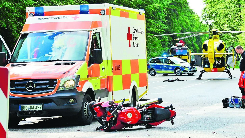 Nur noch Schrottwert hat das Motorrad, mit dem ein 23-Jähriger auf der Bundesstraße 13 gegen ein Auto geprallt ist. Dessen Fahrer hatte die Bundesstraße überqueren wollen und dem Motorradfahrer die Vorfahrt genommen. Der schwer verletzte junge Mann wurde mit dem Rettungshubschrauber nach Ingolstadt geflogen.