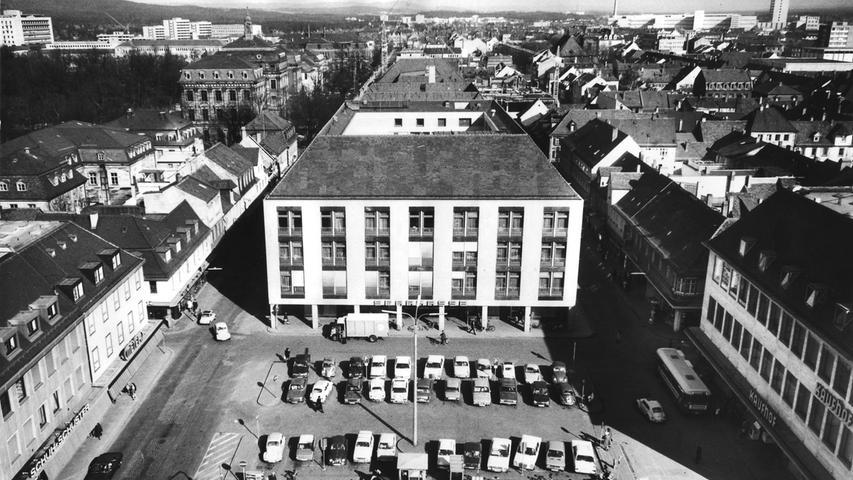 Anfang der 70er Jahre wurde der Hugenottenplatz als Parkplatz genutzt.