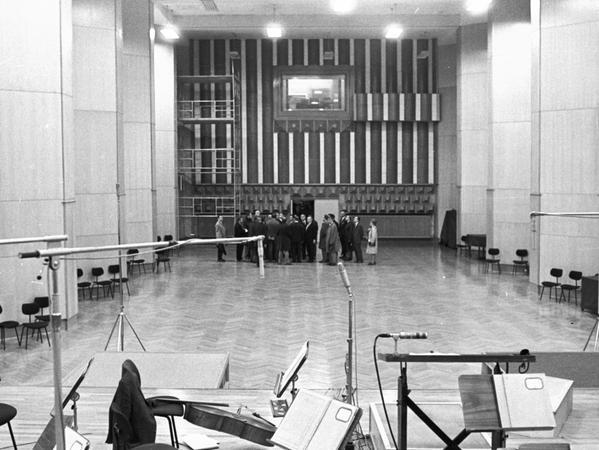 Baureferent Heinz Schmeißner zeigte die Räume der Nürnberg er Symphoniker (rechts), die im südlichen Seitentrakt eine wahre Kostbarkeit darstellen.
