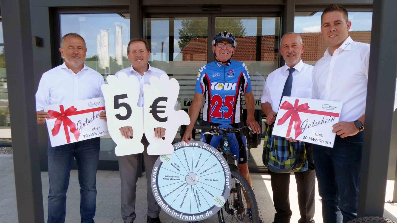 Helmuth P. Schuh (Mitte) gab den symbolischen Startschuss zu den Soloradtouren seiner Jubiläums-Benefizaktion