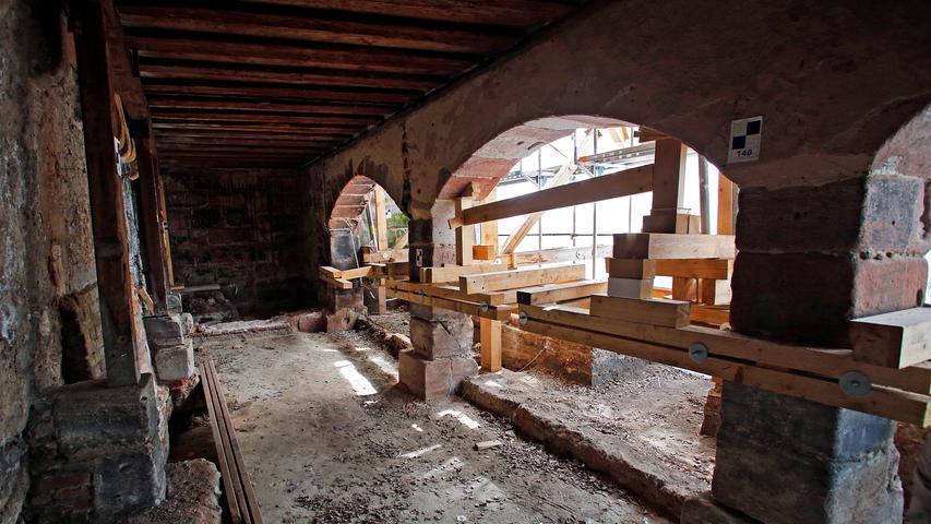 RESSORT: Lokales..DATUM: 14.05.19..FOTO: Michael Matejka MOTIV: Sontowski Baustelle - ehemaliges Dominikanerkloster an der Burgstraße Hier wird der Dachstuhl neu aufgesetzt, doch alte Mauern bleiben erhalten. Später wird aus dieser Wohnung der Blick schweifen auf das Fembohaus und die Sebalduskirche. Zur Burg sind es ein paar Schritte. ANZAHL: 1 von 34..