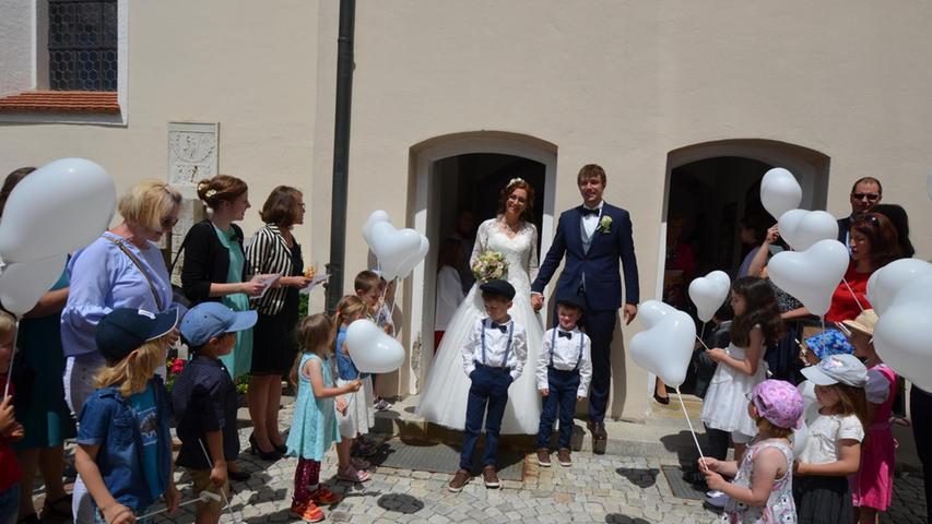 Sabrina Forster und Florian Wittmann haben sich in der Berger Vitus-Pfarrkirche Liebe und Treue versprochen und erhielten von Pfarrer Martin Fuchs den kirchlichen Segen. Der Chor