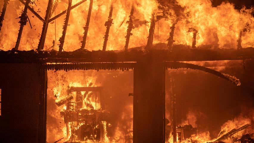 Ein Feuerschein war mitten in der Nacht am Donnerstag (06.06.2019) in Wachstein in der Gemeinde Theilenhofen (Lkr. Weißenburg-Gunzenhausen) zu sehen. Als die ersten Einsatzkräfte der Feuerwehr eintrafen, schlugen bereits Flammen meterhoch aus dem Dachstuhl einer Maschinenhalle. Ein sofortiger Großalarm und das Eingreifen von rund 130 Einsatzkräften verhinderte, dass das Feuer auf ein Wohnhaus übergreifen konnte. Ein Anbau der Scheune wurde jedoch ebenfalls ein Raub der Flammen. Mit zwei Drehleitern und zahlreichen Rohren im Außeneinsatz konnten die Kameraden von sechs Feuerwehren die Flammen unter Kontrolle bringen.