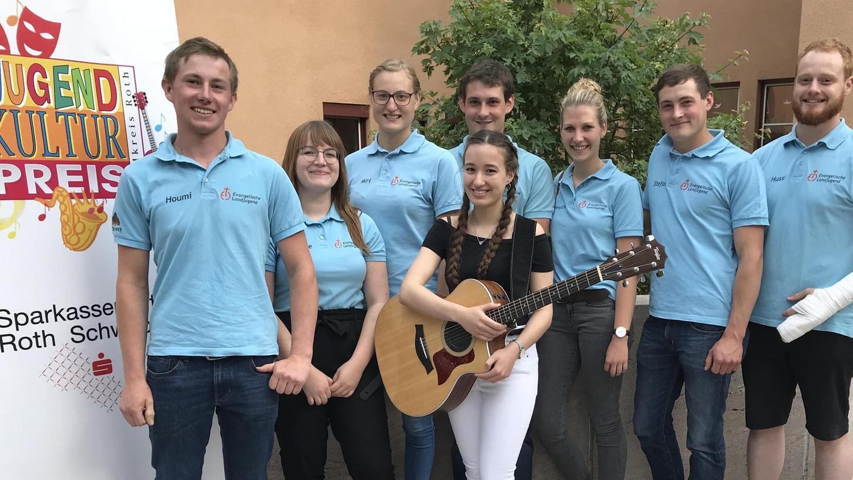 Der diesjährige Jugendkulturpreis des Landkreises, der mit 1000 Euro dotiert ist, wird geteilt: Er geht an die Evangelische Landjugend aus Reichersdorf und an Isabelle Brenner aus Allersberg (mit Gitarre in der Bildmitte).