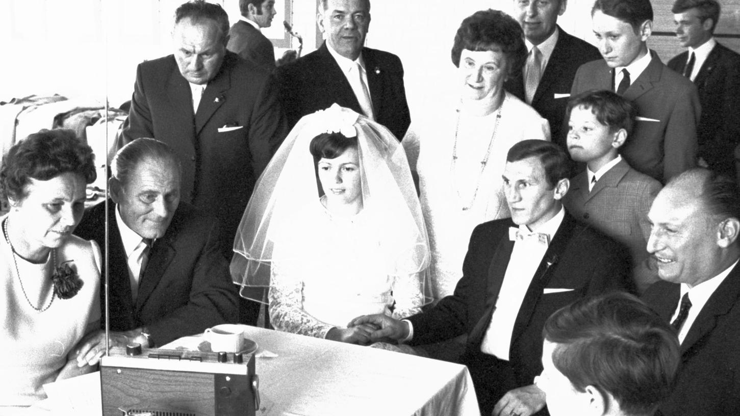 Umgeben von Hochzeitsgästen lauschte am Samstagnachmittag das frischgetraute Paar Herbert und Gertraud Wieder der Übertragung des Spiels im Clublokal.
