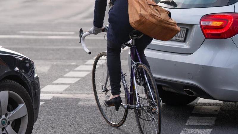 Gerade wenn Straßen durch Baustellen oder Ähnliches verengt sind, haben es Radfahrer oft schwer. Das soll sich ändern: Fuß- und Radverkehr sollen Vorrang vor Autos haben.