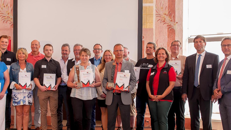 Anni Reichold aus Ortspitz (4.v.li.) hat mit ihrer Erlebnisbrennerei Peterhof den ersten Preis in der Kategorie Innovation abgeräumt.
