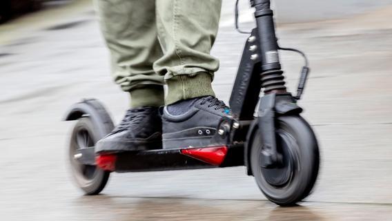 Ohne Helm auf E-Scooter unterwegs - Regensburger nach Sturz in Lebensgefahr