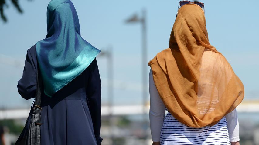 Besonders Frauen mit Kopftuch berichten immer wieder von Rassismus.