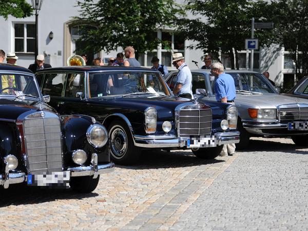Am Residenzplatz reihen sich edle Mercedesse aneinander.