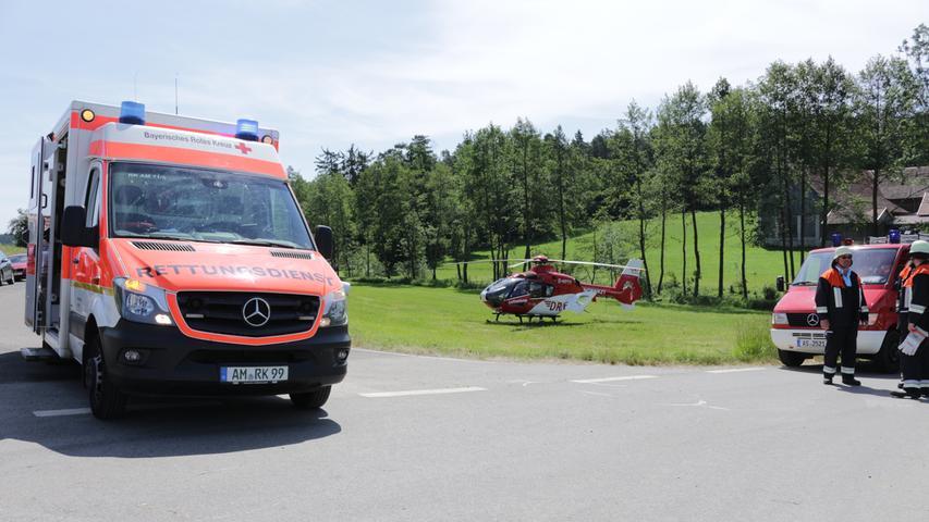 Gegen 10:30 Uhr am Pfingstsonntag (09.03.2019) ereignete sich bei Krümreuth (Lkr. Amberg-Sulzbach) ein Verkehrsunfall. Ein Mann war hier mit seinem Ford Transit auf der AS17 in Richtung ST2166 unterwegs. Im Kreuzungsbereich mit der AS12 fuhr ein Motorradfahrer in die Kreuzung ein und übersah das querende Fahrzeug. Es kam zur Kollision bei dem sich der Motorradfahrer mittelschwere Verletzungen zuzog. Nach einer Erstversorgung im Rettungswagen flog der Rettungshubschrauber den Mann in ein Krankenhaus. Die Feuerwehren aus Sigras, Sorghof und schlicht übernahmen die Verkehrslenkung und reinigten die Unfallstelle. Der Sachschaden wurde auf rund 10.000 Euro geschätzt.. Foto: NEWS5 / Zeilmann Weitere Informationen... https://www.news5.de/news/news/read/15676