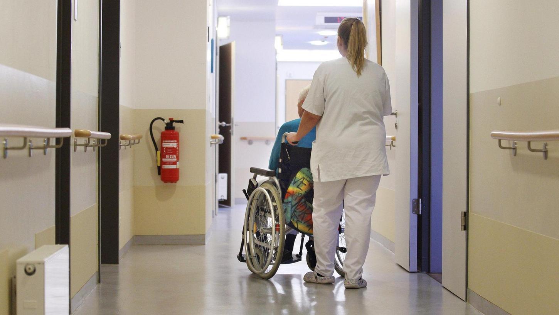 In der Alten-, aber auch in der Krankenpflege lassen sich längst nicht mehr alle Stellen besetzen, klagen die Einrichtungen.