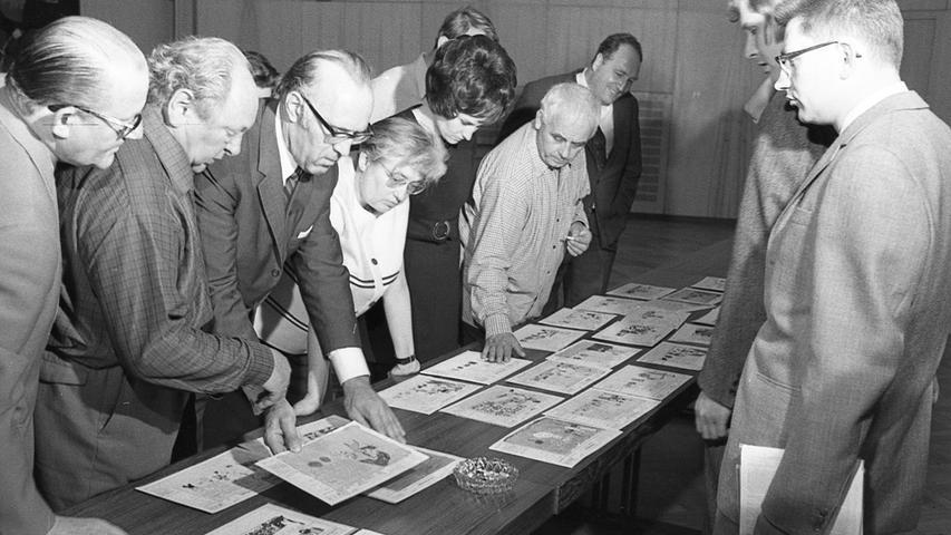 Die Wertungsrichter bei ihrer schwierigen Aufgabe: bei der Endausscheidung hatten sie unter 400 Zeichnungen zu wählen. Vier Stunden lang prüften sie, bis zu einem Ergebnis kamen.  Hier geht es zum Artikel vom 13. Juni 1969: