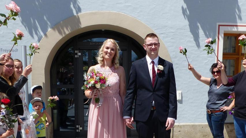 Vor vier Jahren liefen sich Isabell Winkler aus Freystadt und Florian Widerspick aus Burgthann bei einem Fest das erste Mal über den Weg.  Sie fanden sich sympathisch, wurden ein Paar und besiegelten ihre Liebe nun mit dem Eheversprechen. Bürgermeister Alexander Dorr traute sie im Freystädter Rathaus und wünschte ihnen für die Zukunft alles Gute. Gleiches taten die Arbeitskolleginnen der Braut samt Chefin Stefanie Wurm von der gleichnamigen Gärtnerei in Freystadt im Anschluss an den Festakt, überreichten Blumen und Geschenke. Zur Feier des Tages luden die Frischvermählten ihre Hochzeitsgäste ein ins Restaurant Franziskus in Freystadt. Die 24-jährige Floristin und der 28-jährige Kfz-Service-Techniker wohnen inzwischen gemeinsam in Neumarkt.