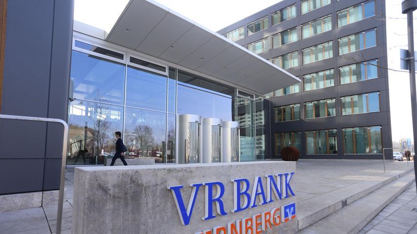 Mit 20 Standorten in Nürnberg und der unmittelbaren Nachbarschaft ist auch die Volksbank Raiffeisenbank im Stadtgebiet gut vertreten.  Die 264 Mitarbeiter kümmern sich um rund 56.000 Kunden und erwirtschaften eine Bilanzsumme von 1,4 Milliarden Euro. Unter den 23 genossenschaftlichen Instituten in Mittelfranken liegt die VR Bank Nürnberg damit an fünfter Stelle.