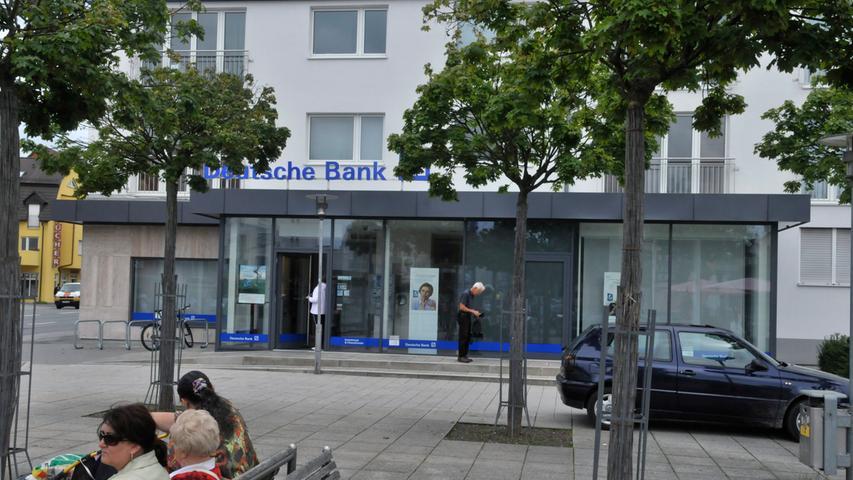 Die Deutsche Bank unterhält in Nürnberg sechs Filialen, darunter diese in Mögeldorf. Von der Geschäftsstelle in der Karolinenstraße aus steuert das größte deutsche Geldhaus zudem sein Geschäft in Nordbayern. Dazu gehören weitere Filialen in Bayreuth, Coburg, Bamberg, Erlangen, Fürth, Würzburg und Aschaffenburg. Insgesamt betreut das Institut in der Region mit 184 Mitarbeitern 184000 Kunden, 67000 davon in Nürnberg. Zum Gewinn des Branchenprimus hat Nordbayern einen