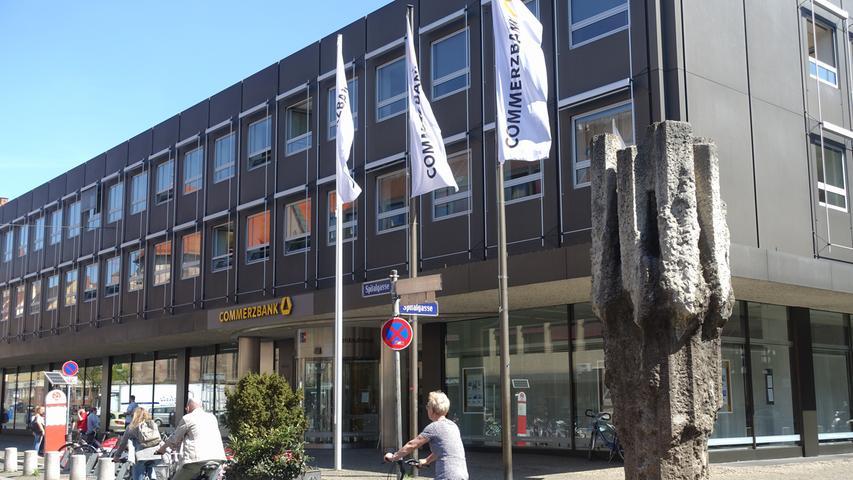 Kunden gewinnen und wachsen: Das hat sich die Commerzbank, die in der Finanzkrise vor rund zehn Jahren vom Staat gerettet werden musste, auf die Fahnen geschrieben. Und das Geldhaus sieht sich bei dieser Strategie auf Kurs - auch in Nürnberg. Von hier aus steuert die Bank ihr Geschäft in Mittelfranken und in Neumarkt in der Oberpfalz. Die Kundenzahl kletterte in diesem Gebiet zuletzt auf knapp 200.000.  Diese werden von 400 Mitarbeitern in insgesamt 21 Geschäftsstellen betreut.