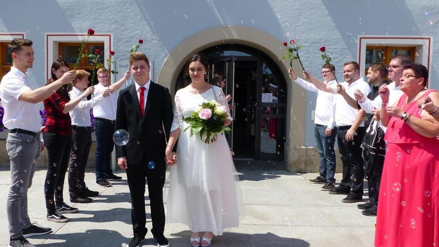 Die Freystädter Michaela Martinek und Dominik Geim haben sich am 6. Juni vor sechs Jahren kennengelernt. Sie wurden ein Paar und besiegelten nun am 6. Juni ihre Liebe mit dem Eheversprechen. Der Standesbeamte Martin Harrer traute das Paar im Beisein der Hochzeitsgäste im Freystädter Rathaus. Danach grüßten Arbeitskollegen der Brautleute mit einem Rosenspalier und Freunde machten ihre Späßchen mit ihnen. Zur Hochzeitsfeier luden die beiden 22-Jährigen – er ist Einsteller, sie Montiererin – in einen Gasthof in Höhenberg. Der gemeinsame Lebensmittelpunkt des Paares bleibt Freystadt.