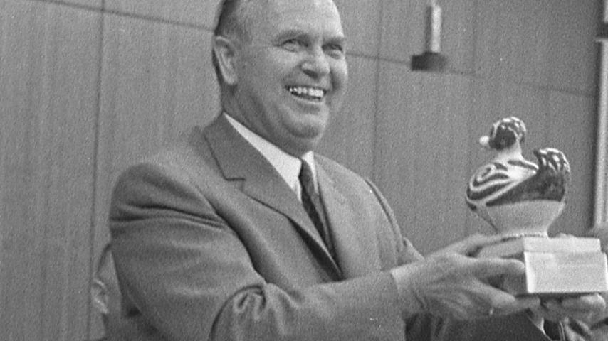 """Der strahlende Sieger: Dr. Ernst Wendland mit der Trophäe, der Presse-Ente """"Nora"""".  Hier geht es zum Artikel vom 15. Juni 1969:"""