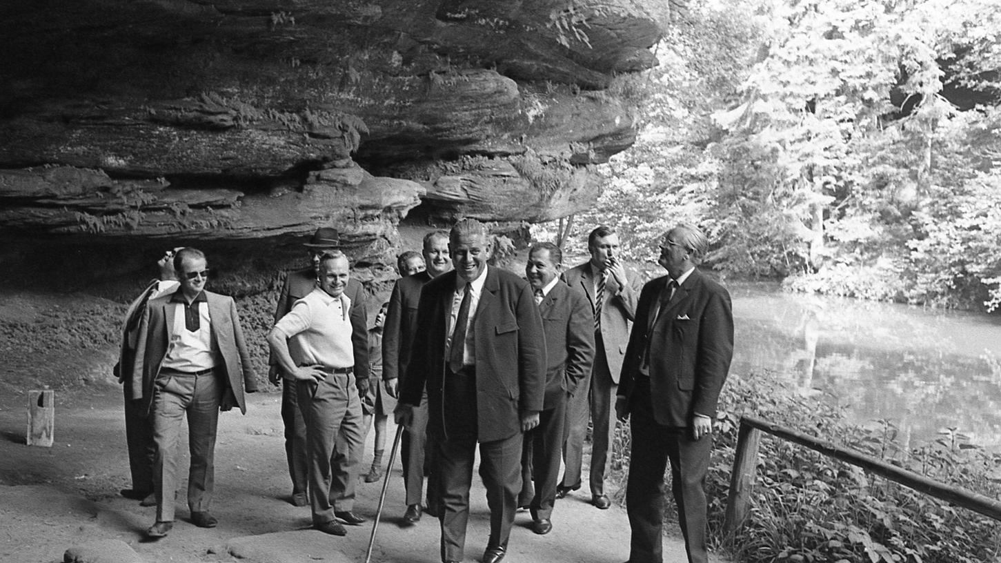 Ein gefährlicher Gang: Oberbürgermeister Dr. Andreas Urschlechter und Leonhard Heiden (rechts) auf einem ramponierten Steg. Dahinter SPD-Fraktionsvorsitzender Willy Prölß.