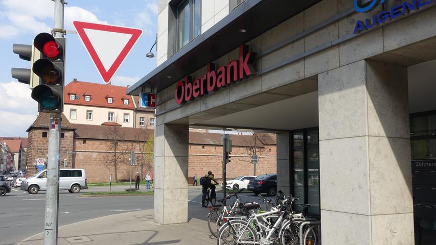 150 Jahre nach ihrer Gründung in Linz will die Oberbank ihre Präsenz in Deutschland massiv ausbauen. Dabei spielt die Niederlassung an der Nürnberger Zeltnerstraße eine zentrale Rolle: Von hier aus soll die Expansion zu einem wichtigen Teil gesteuert werden. Denn Nürnberg ist für die Oberbank der Sitz des Geschäftsbereichs Deutschland Mitte, der neben Nordbayern auch Sachsen, Thüringen, Hessen und den Norden Baden-Württembergs umfasst. Rund 200 Mitarbeiter sind in dem Gebiet beschäftigt, 22 davon in Nürnberg. Chancen rechnen sich die Österreicher vor allem im Geschäft mit Unternehmen aus. Den gewöhnlichen Privatkunden haben die Linzer in Deutschland nicht auf dem Schirm - anders als in ihrem Heimatmarkt. Aktiv ist die Oberbank, die insgesamt eine Bilanzsumme von 22,2 Milliarden Euro (2018) aufweist, zudem in Ungarn und Tschechien.