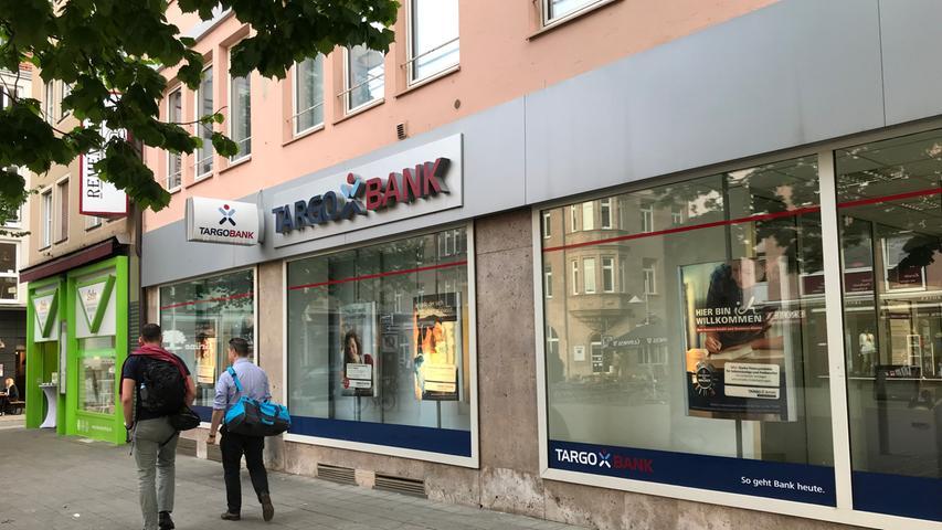 Diese Filiale am Hallplatz ist eine von vier in Nürnberg. Die nächsten Geschäftsstellen der Targobank liegen in Fürth, Erlangen und Schwabach. In Nürnberg zählt das Düsseldorfer Geldhaus rund 45.000 Kunden und führt 13.000 Girokonten. Die Bank ist vor allem im Geschäft mit Konsumentenkrediten stark. Viele Kunden in diesem Bereich haben ihr Girokonto bei einem anderen Institut. Die Targobank firmierte bis 2010 als Citibank und gehört zur französischen Genossenschaftsbank Crédit Mutuel Alliance Fédérale.