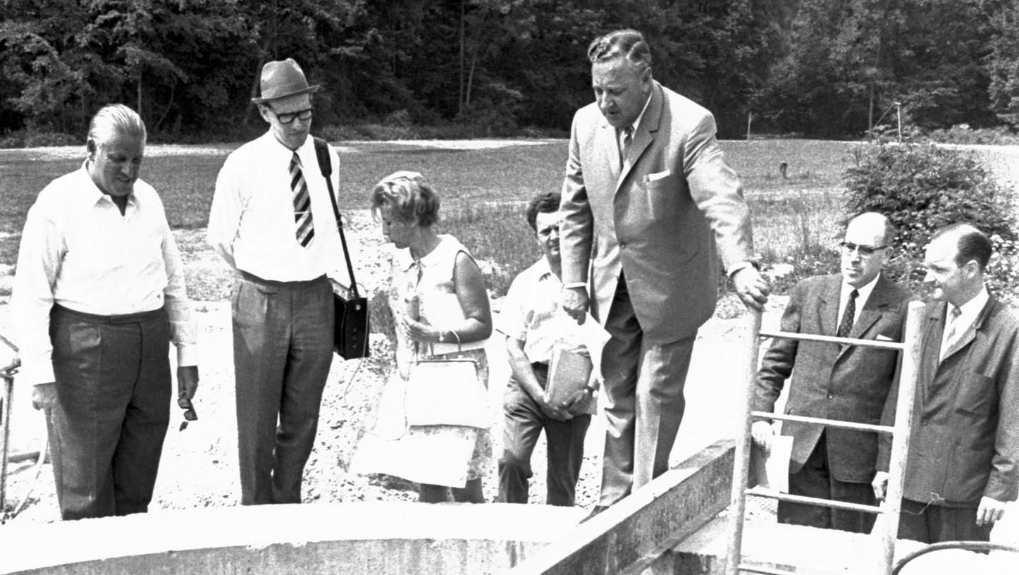 """Oberbürgermeister Dr. Urschlechter mit den Fachleuten von der EWAG an den Quellen: die Nürnberger Gruppe besichtigte in der """"Fassung Schönenfelder Hof"""" die Horizontalbrunnen."""