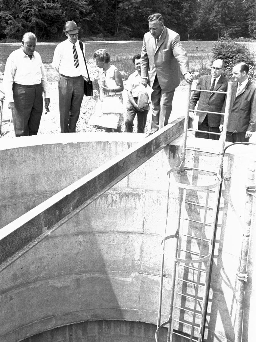 """Oberbürgermeister Dr. Urschlechter mit den Fachleuten von der EWAG an den Quellen: die Nürnberger Gruppe besichtigte in der """"Fassung Schönenfelder Hof"""" die Horizontalbrunnen.  Hier geht es zum Artikel vom 17. Juni 1969:"""