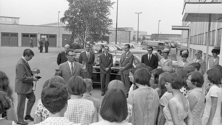 Generalbevollmächtigter Hans Dedi, Botschafter Fujio Uchida und Foto-Quelle-Direktor Lothar Schmechting (v. l.). Hier geht es zum Artikel vom 18. Juni 1969: