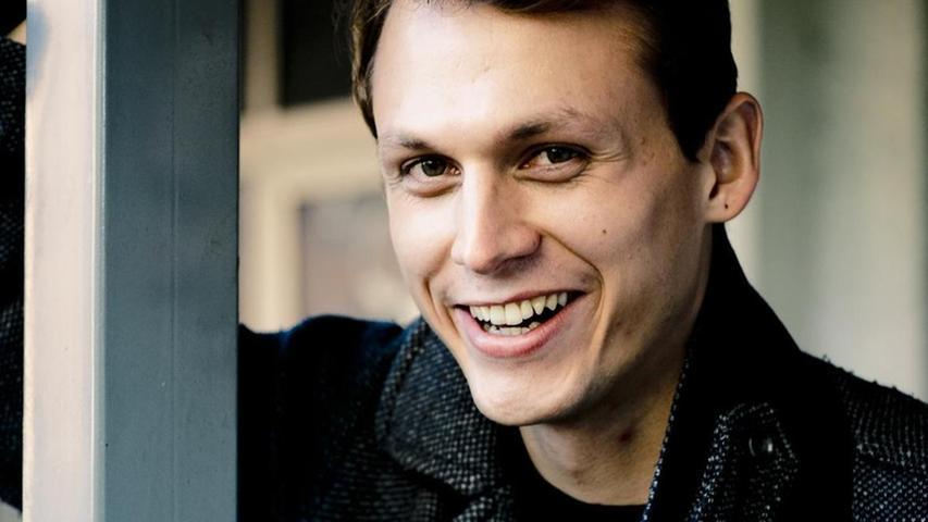 Yascha Finn Nolting fiel allein durch seine schlaksige Statur gleich auf im neuen Schauspiel-Ensemble. Es ging irgendwie alles schnell in letzter Zeit für den 1994 in Schwäbisch Hall geborenen Schauspieler. Direkt von der Ausbildung am Salzburger Mozarteum kam er ins Nürnberger Ensemble. Jan-Philipp Gloger und Hausregisseurin Anne Lenk hatten sich beim Vorsprechen für ihn entschieden.